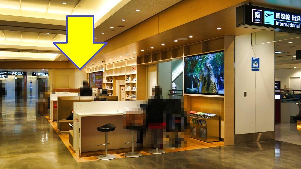 成田空港第1ターミナル1F電源スポットの奥(矢印位置)が展示スペース
