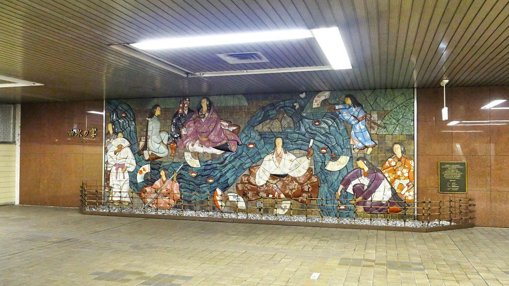 東成田駅のロビーにある壁画レリーフ