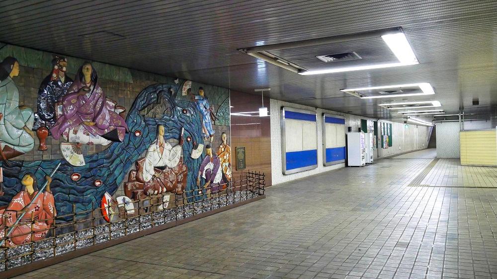 東成田駅のロビーから奥に続く通路