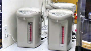 成田空港内のコンビニでもカップ麺にお湯を注ぐことは可能です!