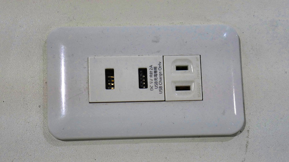 第2ターミナル2Fの無料電源スポットはUSB端子付き