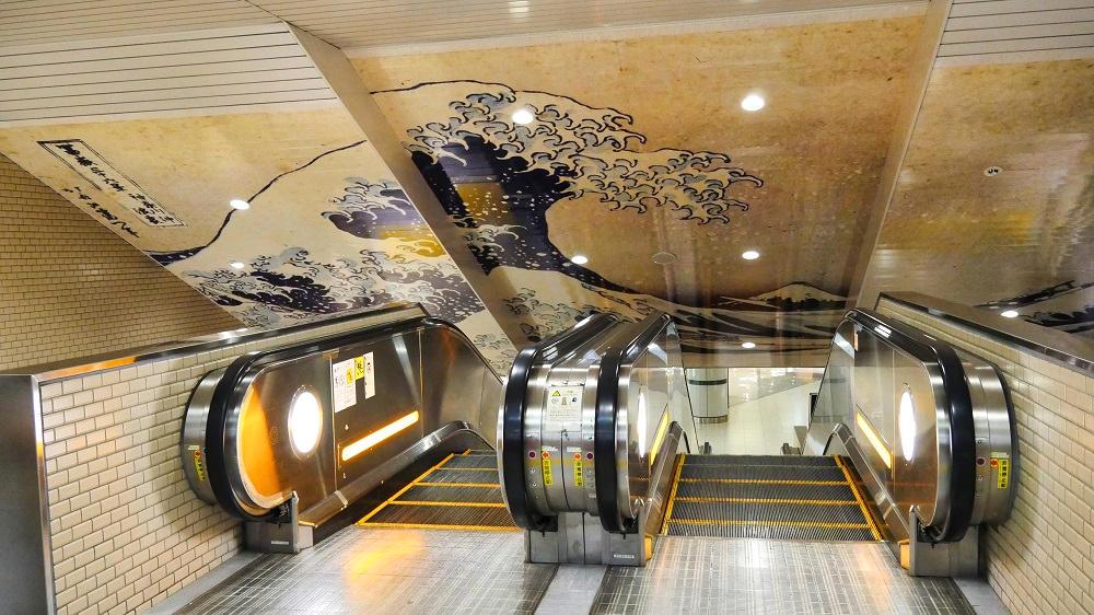 日本美術名品ミニギャラリー、南ウイングへ上がる通路の展示