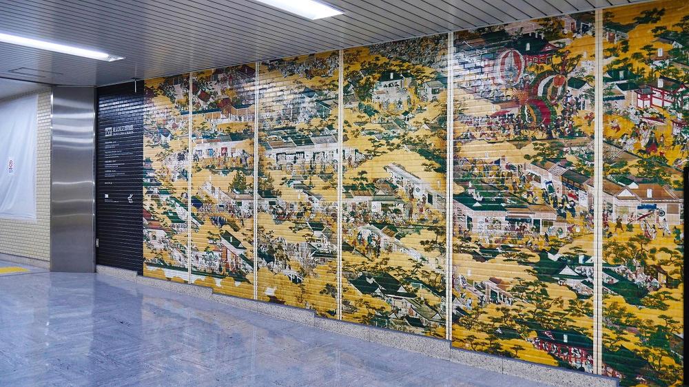 日本美術名品ミニギャラリー、北ウイングへ上がる通路の展示