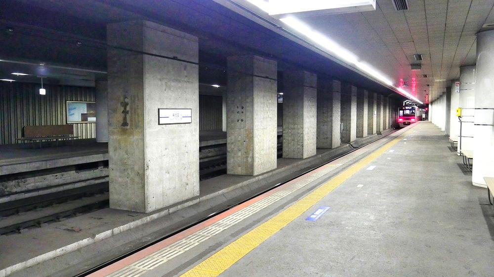 東成田駅のホーム