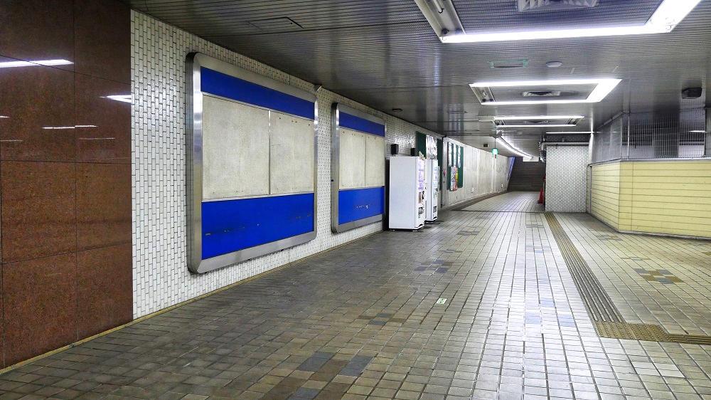 東成田駅のホール奥にある通路