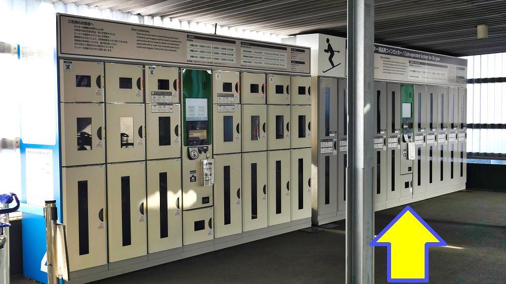 連絡通路から第3ターミナルへと昇るエスカレーター脇に超大型コインロッカーが設置されています!