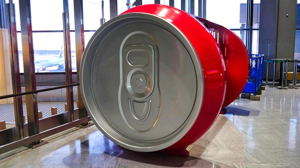第1ターミナル4Fのコカ・コーラ缶型自動販売機