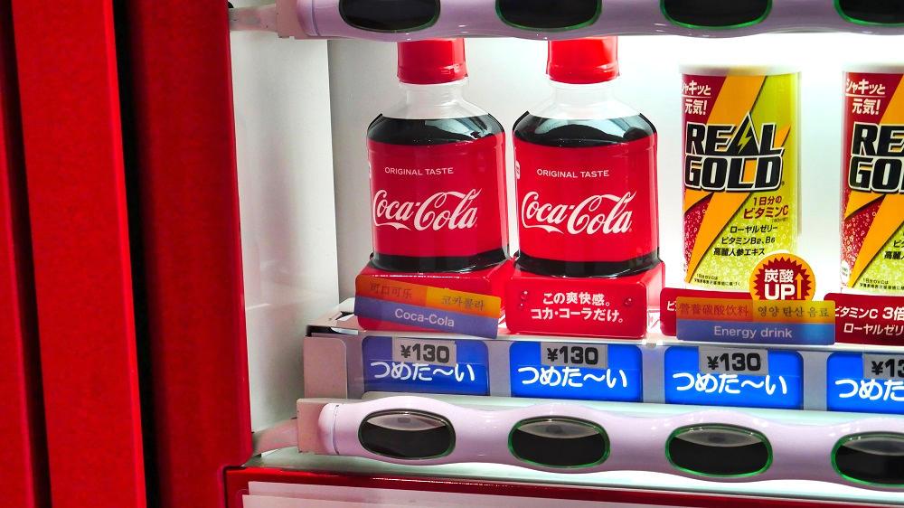 成田空港第1ターミナル4Fのコカ・コーラ缶型自動販売機