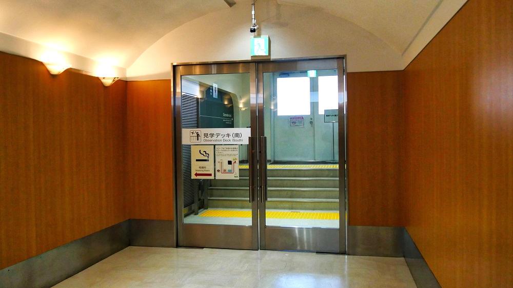 第2ターミナル『見学デッキ』はガラス戸と鋼鉄ドアで区切られています。