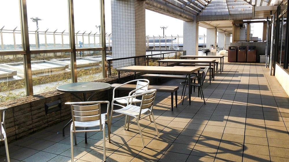 第1ターミナル屋上の『展望デッキ』はテラス席からつながっているかたちです。