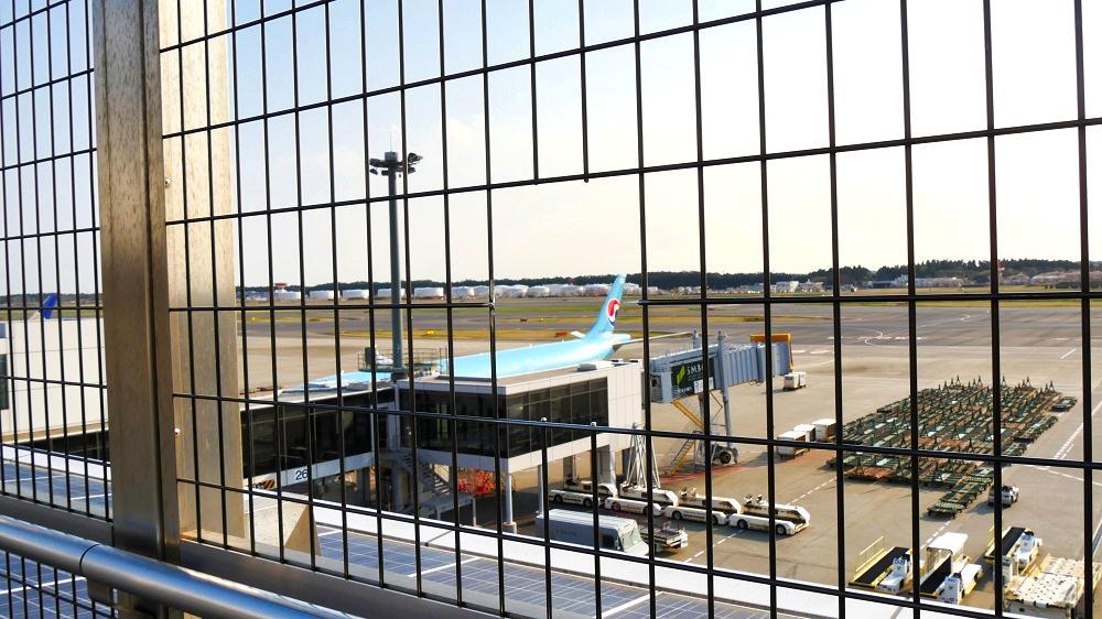 第1ターミナル屋上の『展望デッキ』金網にあるカメラ窓
