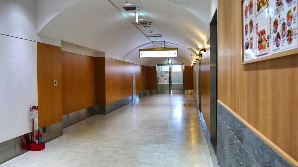 第2ターミナル『見学デッキ』の入口は南北ともかなり奥まったところにあります。