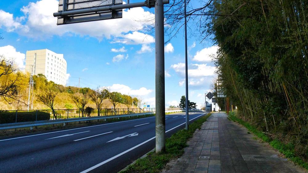 「ニコニコレンタカー」成田空港店が面している長い坂
